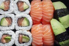 Rolles do sushi dos salmões fotos de stock