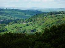 Rolling afstand van heuvels de groene bosplattelandshuisjes Stock Fotografie