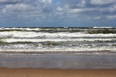 Rolling golven naar het strand Royalty-vrije Stock Afbeelding