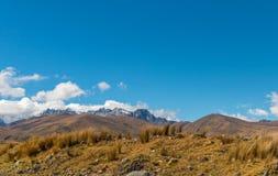 Rolling Hills até um pico de montanha peru fotos de stock royalty free