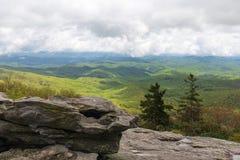 Rolling Hills de Ridge Mountains azul en un día nublado imagenes de archivo