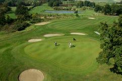 Rolling Hills e un verde su un campo da golf fotografia stock libera da diritti