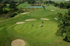 Rolling Hills och en gräsplan på en golfbana royaltyfri fotografi