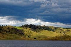 Rolling Hills am See Lyell durch bewölkten Himmel Stockbild