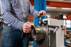 Rolling hulpmiddel Machine van productie van elementenventilatie en goten Buigend hulpmiddel en materiaal voor bladmetaal stock fotografie