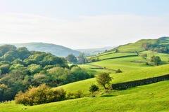Rolling platteland rond een landbouwbedrijf stock fotografie