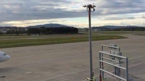 Rolling Star Alliance en Zwitserse Vliegtuigen en het Parkeren Lucht Berlin Plane bij zonsondergang-Zürich-Luchthaven ZRH, Zwitse stock videobeelden