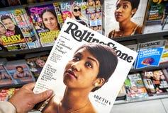 Rolling Steentijdschrift in een hand stock afbeeldingen