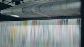 Rolling transportband die met gedrukte krant in een drukbureau werken stock footage