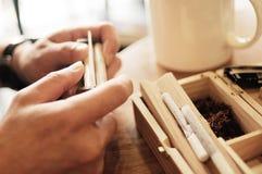 Rolling van een sigaret royalty-vrije stock afbeeldingen