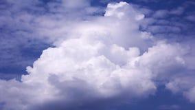 Rolling wolken in de blauwe hemel, timelapse video stock footage
