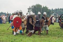Rolllek - reenactmenten av striden av de forntida slaverna i den femte festivalen av historiska klubbor i det Zhukovsky området a Royaltyfri Bild