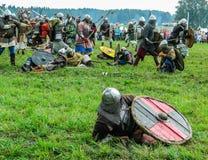 Rolllek - reenactmenten av striden av de forntida slaverna på festivalen av historiska klubbor i den Kaluga regionen av Ryssland Royaltyfri Fotografi