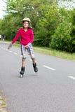 Rolller de la niña que patina en un parque Fotografía de archivo libre de regalías