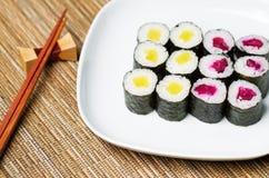 Rollo conservado en vinagre rábano japonés de la mano del sushi Imagen de archivo libre de regalías