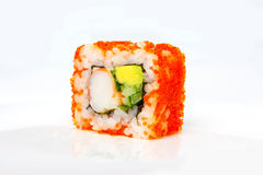 Rollo de California con el camarón, el tobiko, el aguacate y la mayonesa japonesa fotos de archivo