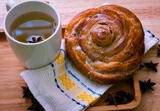 Rollo de canela y desayuno del té fotos de archivo libres de regalías