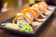 Rollo de color salmón del maki con wasabi Imagen de archivo