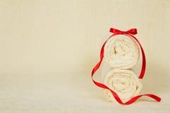 Rollo de dos toallas adornado con la cinta contra Imagen de archivo libre de regalías