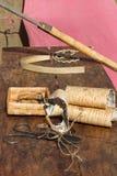 Rollo de la corteza de abedul en una tabla de madera Imagen de archivo libre de regalías