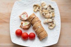 Rollo de la crepe con el aguacate y la seta blancos de color salmón del queso Imagenes de archivo