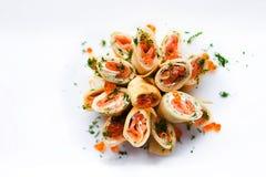 Rollo de la crepe con el caviar y los salmones rojos foto de archivo libre de regalías