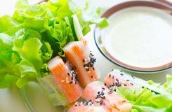 Rollo de la ensalada de las verduras frescas con el palillo del cangrejo que come con sal picante fotografía de archivo