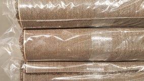 Rollo de la tela de Brown envuelto en bolso de rollo/la acción plásticos de la tela marrón para el negocio del diseño de la moda Fotos de archivo
