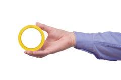 Rollo de la tenencia de la mano del trabajador de sexo masculino de cinta de papel adhesivo pegajoso Foto de archivo