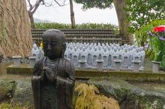 Rollo de las estatuas del Bodhisattva de Jizo en el templo de Hase-dera en Kamakura fotos de archivo