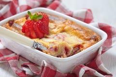 Rollo de los crespones de la fresa cocido en pastel de queso Imagenes de archivo