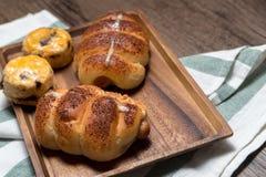 Rollo de pan delicioso de la salchicha del primer y scones sabrosos frescos en w fotos de archivo libres de regalías