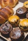 Rollo de pan delicioso de la salchicha del primer y scones sabrosos frescos en w fotografía de archivo