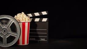 Rollo de película con palomitas y la tablilla metrajes
