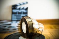 Rollo de película del cine y fuera del tablero de chapaleta de la película del foco Imagen de archivo
