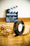 Rollo de película del cine y fuera del tablero de chapaleta de la película del foco Fotografía de archivo libre de regalías