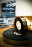 Rollo de película del cine y fuera del tablero de chapaleta de la película del foco Imagenes de archivo