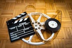 Rollo de película del tablero y de chapaleta de la película en piso de madera Fotografía de archivo libre de regalías