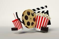 Rollo de película, palomitas, tira de la película, taza disponible para las bebidas con Fotos de archivo