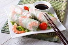 Rollo de primavera con el camarón y la salsa en una placa horizontal Foto de archivo libre de regalías