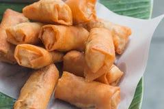 Rollo de primavera frito en la calle en Tailandia Imágenes de archivo libres de regalías