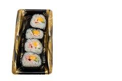 Rollo de sushi alineado en la bandeja Imagen de archivo libre de regalías
