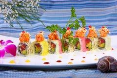 Rollo de sushi combinado con el atún de color salmón, y el papel de la haba de la soja Fotos de archivo