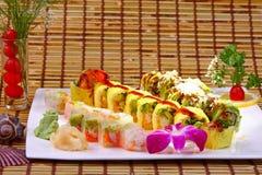 Rollo de sushi combinado con el atún de color salmón, y el papel de la haba de la soja Imágenes de archivo libres de regalías