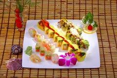 Rollo de sushi combinado con el atún de color salmón, y el papel de la haba de la soja Fotos de archivo libres de regalías