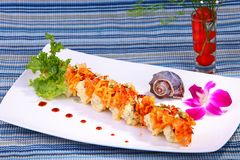 Rollo de sushi combinado con el atún de color salmón, y el papel de la haba de la soja Foto de archivo