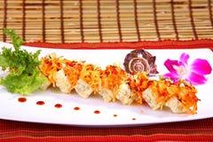 Rollo de sushi combinado con el atún de color salmón, y el papel de la haba de la soja Imagenes de archivo