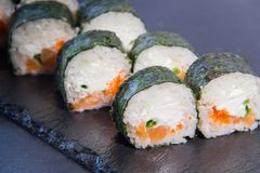Rollo de sushi con Comida japonesa 1 Imagen de archivo