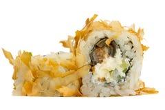 Rollo de sushi con el atún aislado en el fondo blanco Imagenes de archivo