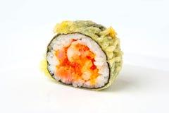 Rollo de sushi con el atún y los salmones del tempura Fotos de archivo